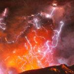 Что вызывает красную молнию?