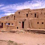 Почему хопи и пуэбло использовали грязевые кирпичи для строительства своих домов?
